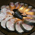 skumbria v lukovoi sheluhe foto
