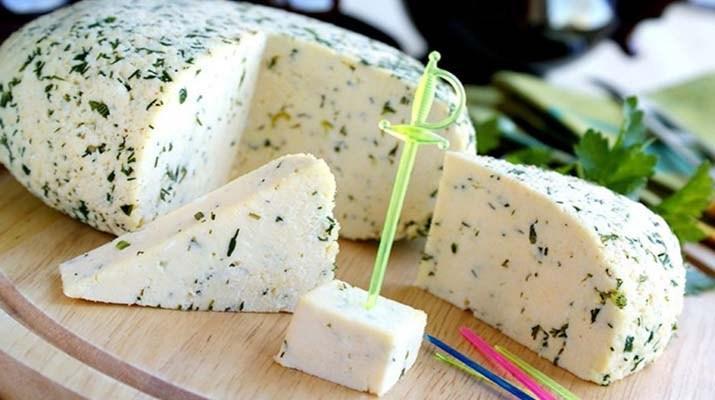 Все, что она сделала: взяла банку молока, добавила 100 миллилитров уксуса и получила вкуснейший домашний сыр