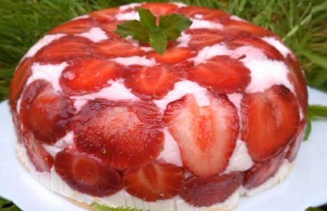Легкий нежный йогуртовый торт с клубникой без выпечки