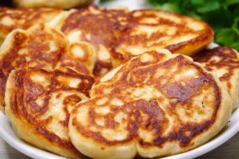 Картофельные оладьи нежные внутри. Все благодаря добавлению в тесто одновременно...