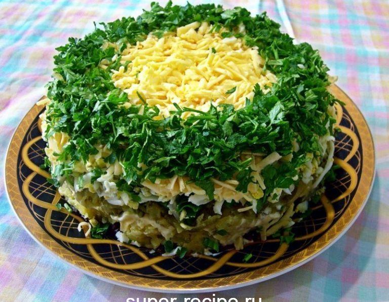 Закуска «Грибы под шубой» Красивая зеленая опушка, под слоями которой спрятались грибочки, не останется нетронутой на тарелке